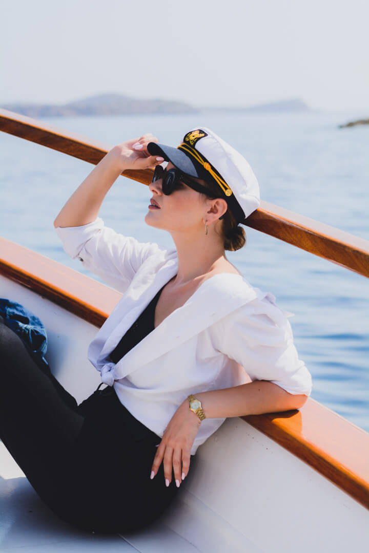 portrait-island-woman-boat-hat